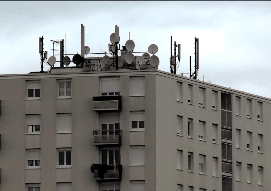 Actualité: les antennes pullulent sur les toits des maisons.