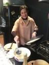 Cristelle prépare des crêpes le lendemain matin. Tant d'energie !