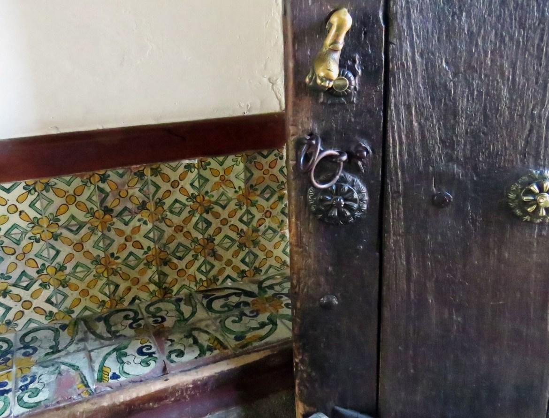 Hauseingang mit gefliester Sitzbank in Antigua, Guatemala.