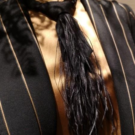 cravate plumes noires