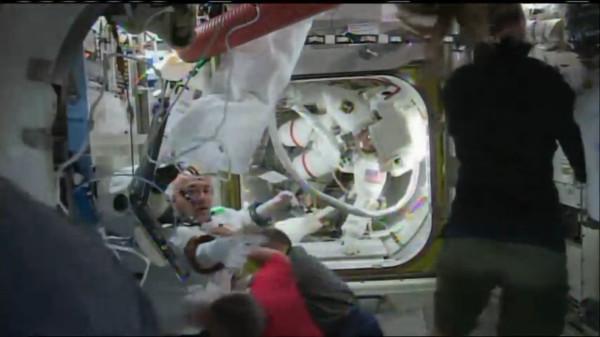 Luca Parmintano de retour dans l'EAV après son problème d'eau dans le casque (NASA live)