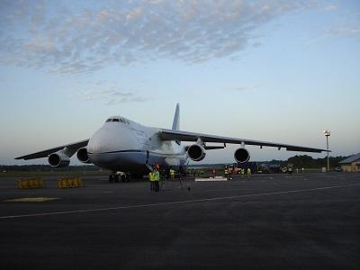 l'Antonov An-124 sur le tarmac de Cayenne - Felix Eboue (source : ESA/Giuseppe Sarri)