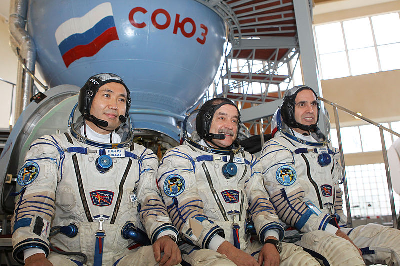 Expedition_38_crew_members_in_front_of_the_Soyuz_TMA_spacecraft_mock-up_in_Star_City,_Russia