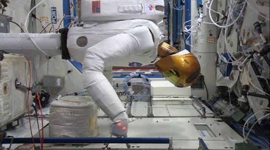 Inventaire dans l'ISS avec un scanner RFID par le Robonaut