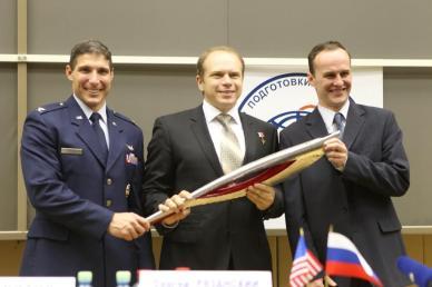 Les 3 astro/cosmonautes arrivés à l'ISS le 25 septembre, avant la flamme olympique  : (de gauche à droite) Michael Hopkins, Oleg Kotov et  Sergey Ryazanskiy (source NASA)
