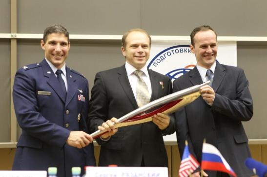 Les 3 astro/cosmonautes arrivés à l'ISS le 25 septembre, avant leur départ avec la flamme olympique  : (de gauche à droite) Michael Hopkins, Oleg Kotov et  Sergey Ryazanskiy (source NASA)