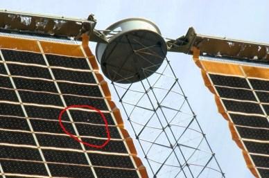 un trou dans un panneau solaire de l'ISS fait à cause d'un débris spatial (source NASA 2013)