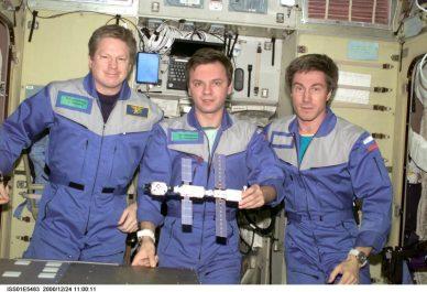 L'équipage 1 de l'ISS : l'astronaute américain William Shepherd et les cosmonautes russes Yury Gidzenko et Sergey Krikalyov (de gauche à droite)