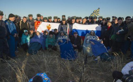 Karen Nyberg, Fyodor Yurchikin et Luca Parmitano, et la torche olympique de retour sur Terre ce 11 novembre (source NSA)