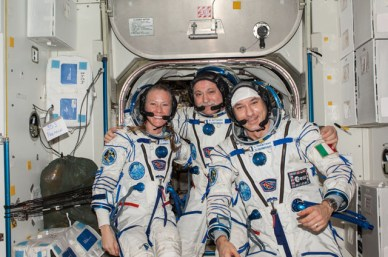 Dans leur combinaison russe Sokol, le Commandant Fyodor Yurchikhin (au centre) avec les ingénieurs de vol Karen Nyberg et Luca Parmitano dans l'ISS avant leur entrée dans le Soyouz TMA-09