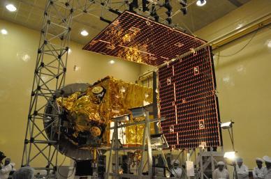 Mars orbiter Mission en phase de test à l'ISRO (écaliremetn des panneaux solaires) (source ISRO)