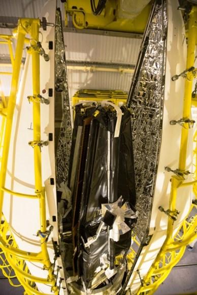 Mise en place de la coiffe sur les 3 satellites SWARM (source ESA)