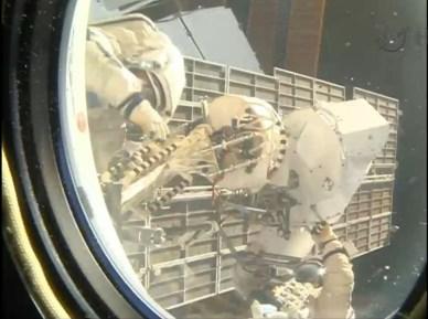 Les 2 cosmonautes lors de l'EVA 37 depuis l'intérieur de l'ISS (source NASA TV)