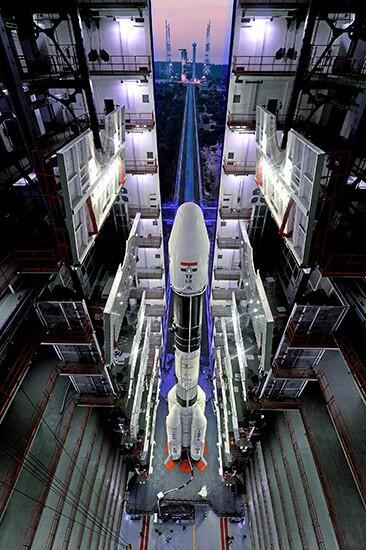 Le lanceur indien GSLV-D5 dans son bâtiment d'assemblage avant roulage vers le pas de tir  (source ISRO)