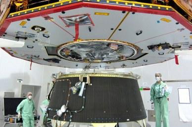 approche de Gaia : vue sur l'antenne de transmission des données à la Terre. Les panneaux solaires sont encore protégés des chocs et de la pollution