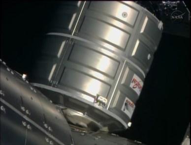 Le cargo Cygnus est attaché à l'ISS (source NASA TV)