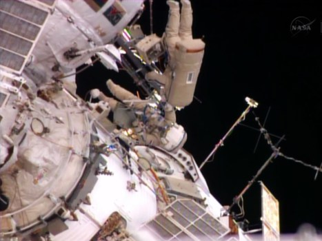 "Les 2 cosmonautes Oleg Kotov et Sergey Ryazanskiy rentrant dans le sas ""Pirs"" - EVA 37a (Credit: NASA TV)"