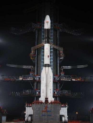 Le lanceur GSLV durant le compte à rebours durant la nuit (source  ISRO)