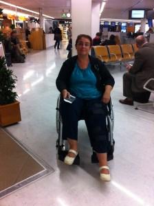 à l'aéroport d'Orly, transfert entre 2 avions en chaise roulante