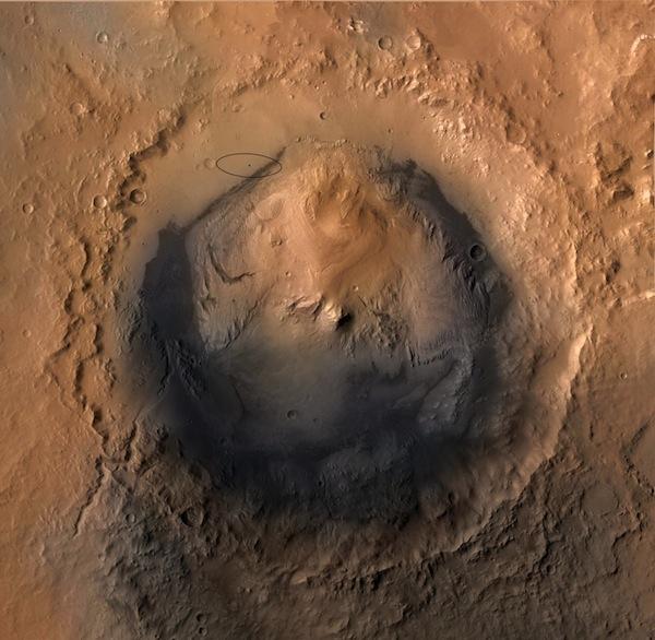 Le cratère Gale sur Mars - Curiosity en bas de la pente [voir le cercle] (via http://astrobites.org/)