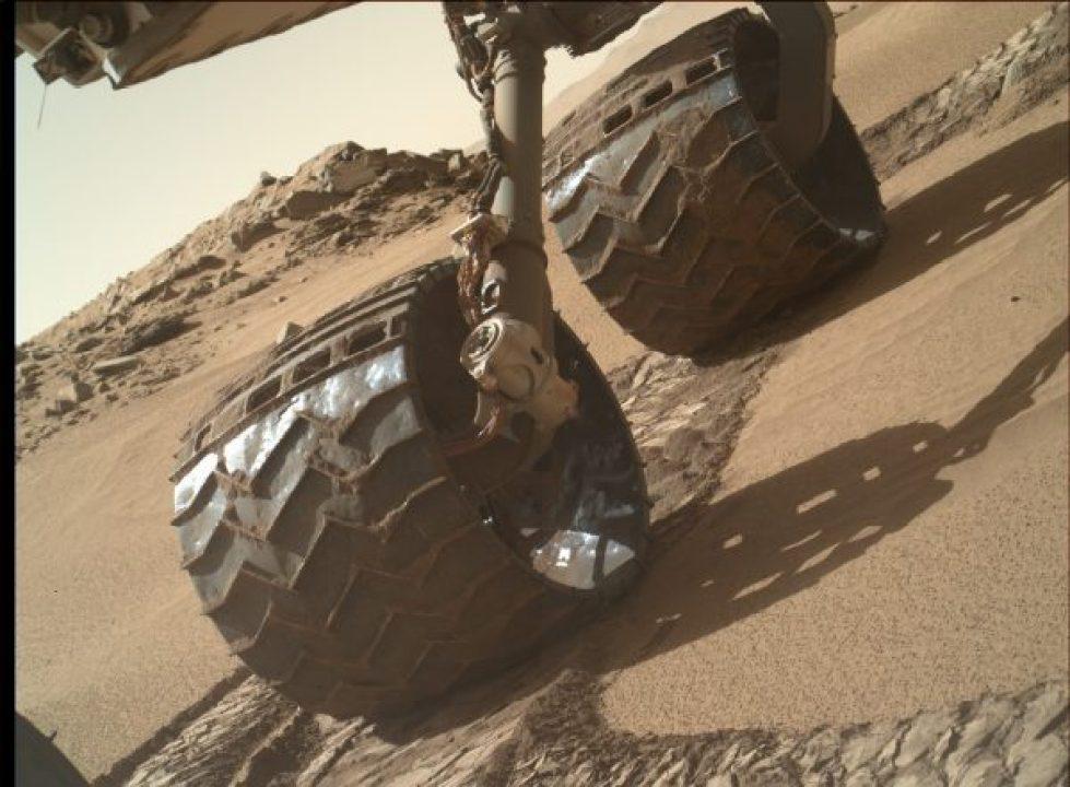 """""""Selfie"""" des roues de Curiosity (source NASA/JPL)"""