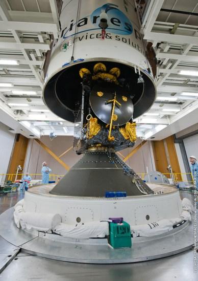 Vol Ariane 217 – Installation de la coiffe sur le satellite Athena-Fidus au sommet du lanceur (source Arianespace/CSG)