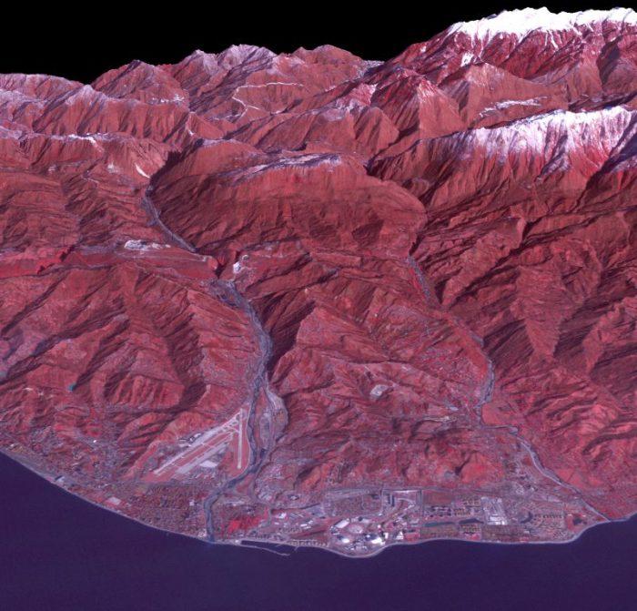 """Image du satellite ASTER du """"cluster"""" cotier des Jeux olympiques d'hiver de Sotchi, le site pour les sports en salle et les cérémonies d'ouverture et de clôture.  (Source : NASA)"""