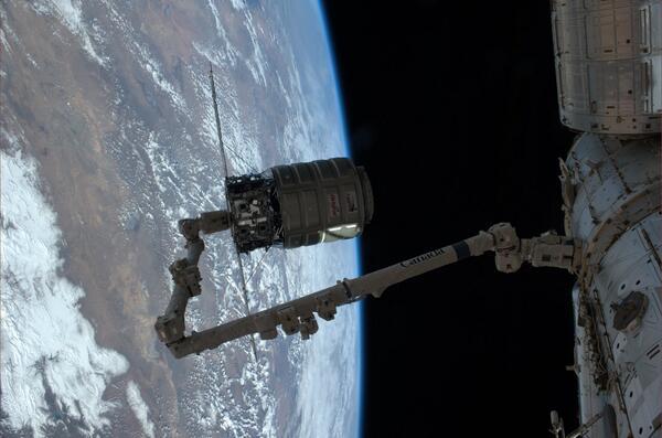 Le cargo Cygnus au bout du bras Canadarm de la Station juste avant son largage (source NASA)