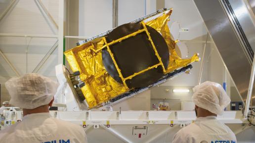 Le satellite ASTRA 5B lors de sa mise en conteneur pour le départ pour le site de lancement (source AirbusDS)