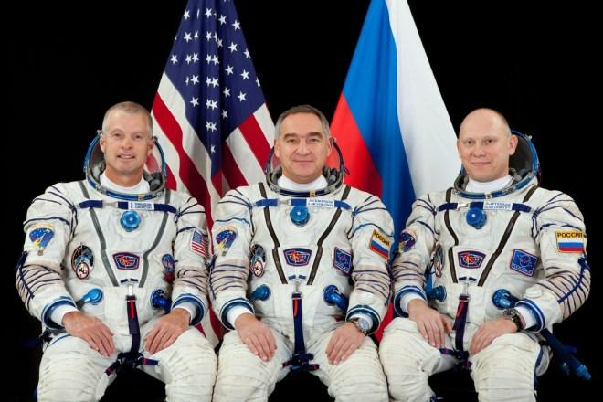 Les 3 nouveaux membres d'équipage de l'Expédition 39 - de gauche à droite : Steven Swanson, Alexander Skvortsov et Oleg Artemyev (Photo: Gagarin Cosmonaut Training Center)