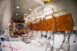 Test du déploiement de l'antenne du radar Sentinel-1A chez Thales Alenia Space à Cannes, France, le 21 Janvier 2014. Comme le satellite est conçu pour fonctionner en orbite, il est suspendu à une structure pour simuler l'apesanteur. (crédit : ESA-S. Corvaja)