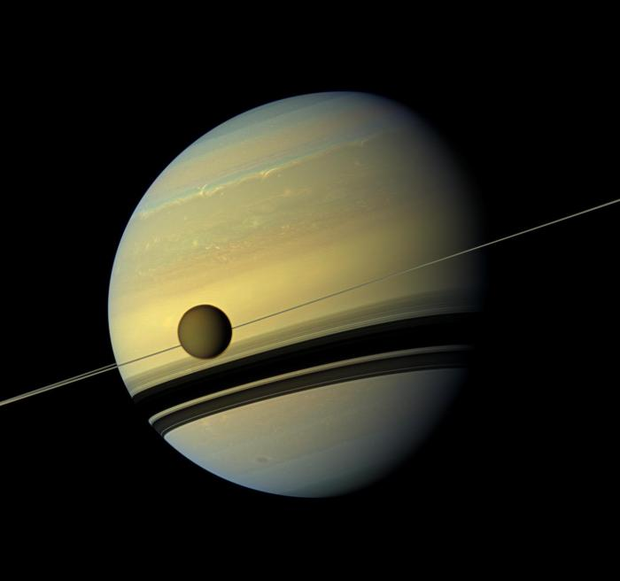 Titan devant Saturne vu par la sonde Cassini (source NASA/JPL-Caltech/Space Science Institute)