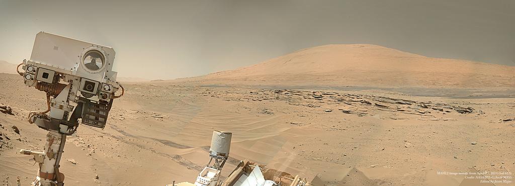 """Mosaïque d'environ 10-12 images acquises par la caméra Mahli au Sol 612-613 (27 Avril 2014) montrant un """"selfie"""" du rover et l'intérieur du cratère Gale, avec le mont de Sharp en arrière-plan (Crédit: NASA/JPL-Caltech/MSSS ; Réalisé par Jason Major)"""