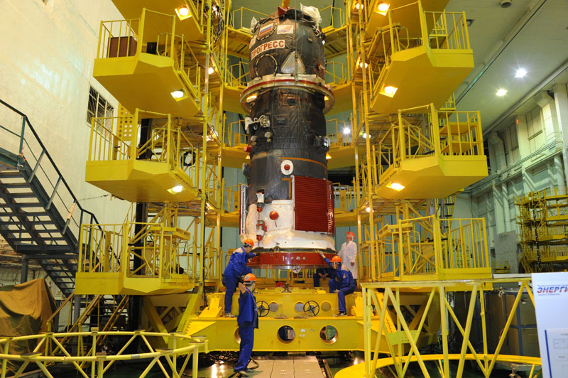 Le cargo Progress M23-M lors de sa mise en place sur l'adaptateur lanceur (source RSC Energia)