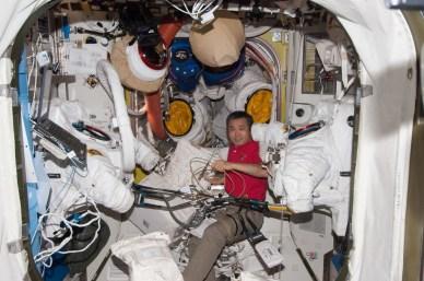 Koichi Wakata en train de préparer les combinaisons spatiales pour l'EVA (source NASA)