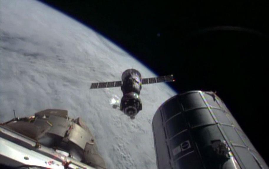 Le vaisseau TMA-11 avec les 3 membres de l'Expedition 39 vient de se désarrimer de l'ISS et part en vol libre (source NASA TV)