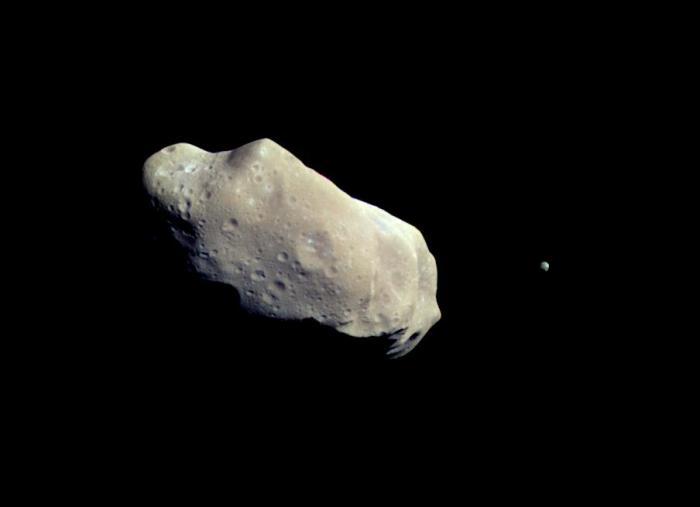 Image en couleur réalisée à partir d'images prises par la sonde Galileo environ 14 minutes avant sa plus proche approche de l'astéroïde 243 Ida le 28 Août 1993. La lune d'Ida est visible à droite de l'astéroïde. (Source de l'image: NASA / JPL)