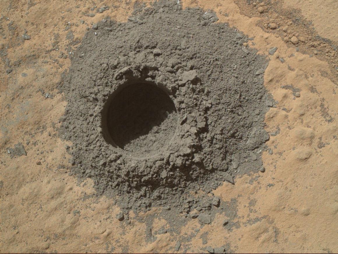 Photo de MAHLI de Curiosty après le pré-perçage réalisé le 29/04/14 sur la roche Windjana (Image Credit: NASA/JPL-Caltech/MSSS)