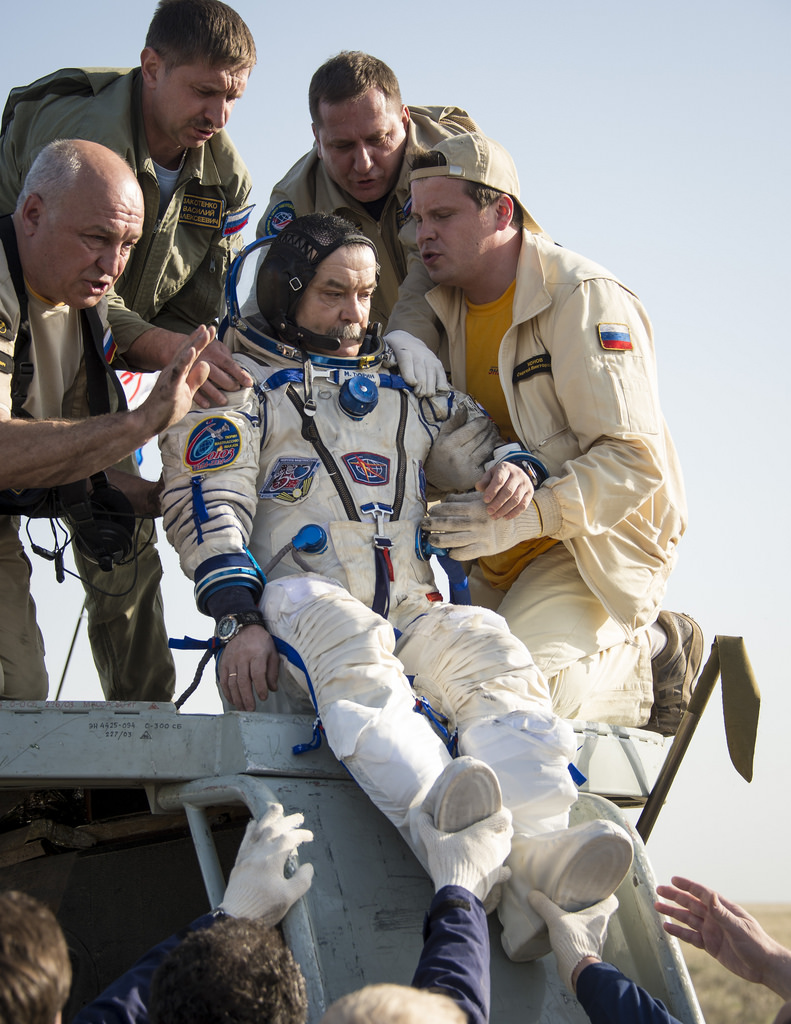 Mikhail Tyurin est sorti du vaisseau Soyouz (source NASA/Bill Ingalls)