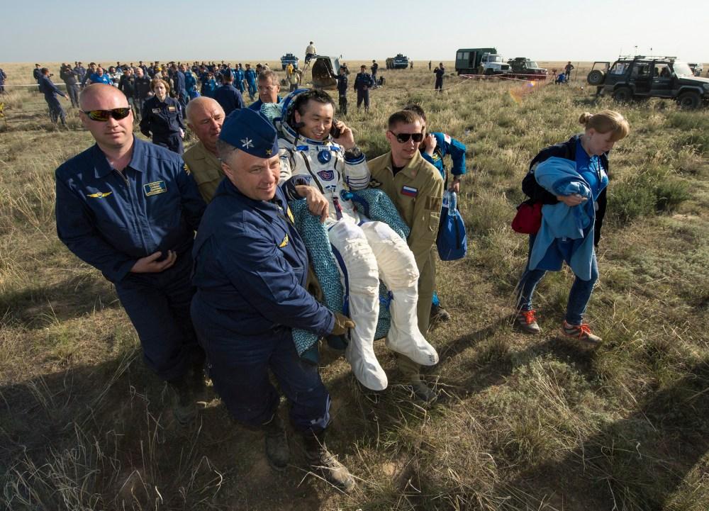 Rick Mastracchio vient d'être sorti du vaisseau (source NASA/Bill Ingalls)