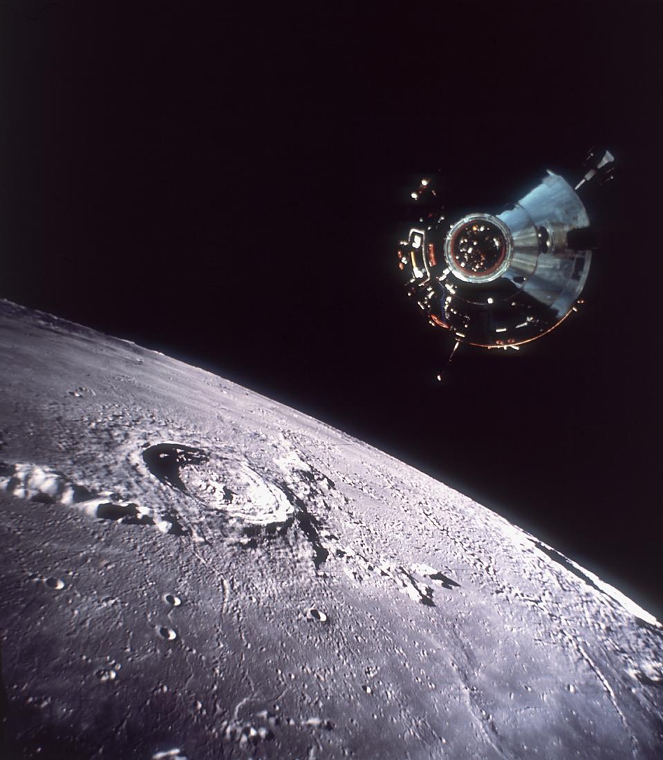 Le Module de Commande/Service au-dessus de la surface de la Luen lors de la mission Apollo 11, 20 Juillet 1969. (source Hulton Archive/Getty Images)