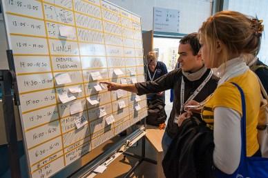 exemple de grille de planning où les participants collent des post-il pour indiquer qu'ils feront une présentation