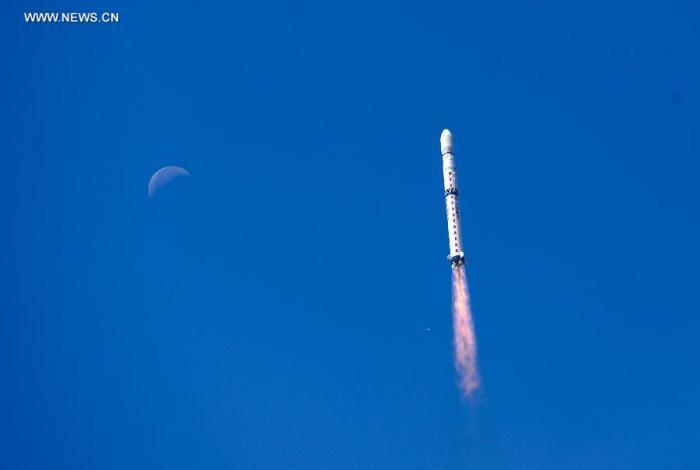 Une fusée Longue March-4B  transportant les satellites Gaofen-2 et Brite-2 vole dans le ciel de Taiyuan, capitale de la province du Shanxi au nord de la Chine, le 19 août 2014 (source Xinhua / Liu Chan)