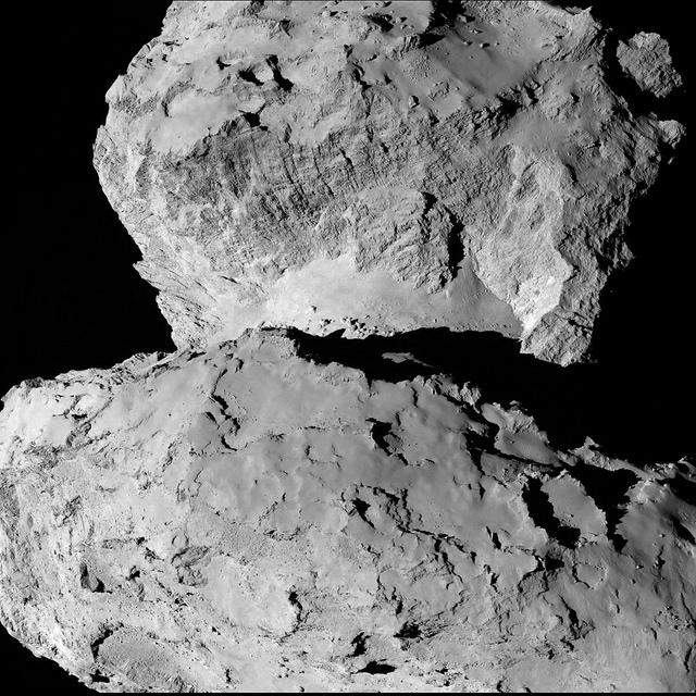 La comète 67P / Churyumov-Gerasimenko imagée par OSIRIS, la caméra à angle étroit de Rosetta, le 7 Août à partir d'une distance de 104 km.   Alors que la tête de la comète (dans la moitié supérieure de l'image) est recouverte d'éléments linéaires parallèles, les cou affiche blocs épars sur un sous-sol lisse. En comparaison, le corps de la comète (moitié inférieure de l'image) semble avoir les caractéristiques beaucoup plus irrégulières.  (Crédit: ESA / Rosetta / MPS pour OSIRIS équipe MPS / UPD / LAM / IAA / SSO / INTA / UPM / DAPS / IDA)