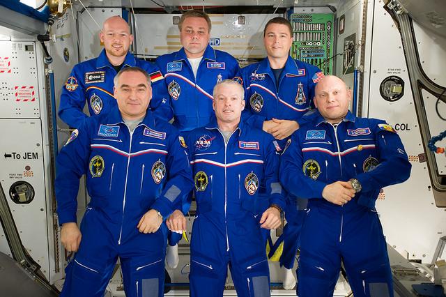 Les membres de l'Expedition 40. Sur la première ligne de gauche à droite : Alexander Skvortsov, Steve Swanson,  Oleg Artemiev. Sur la rangée arrière, Alexander Gerst, Maxim Suraev et Reid Wiseman (©NASA).
