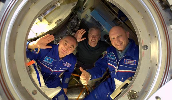"Photo d'Alexander Gerst, juste avant la fermeture de l'écoutille du Soyouz TMA-12 : ""The hatch of #Soyuz TMA-12M closed. Godspeed Swanny, Sasha and Oleg, have an awesome & safe ride! """