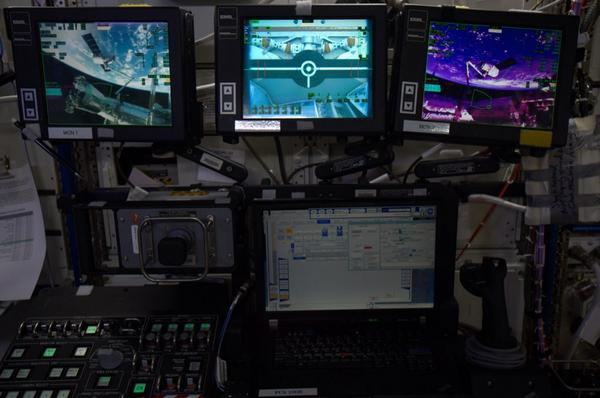 La station de commande du bras robotique juste après la capture du dragon Spx4 (photo : Reid Wiseman, NASA)