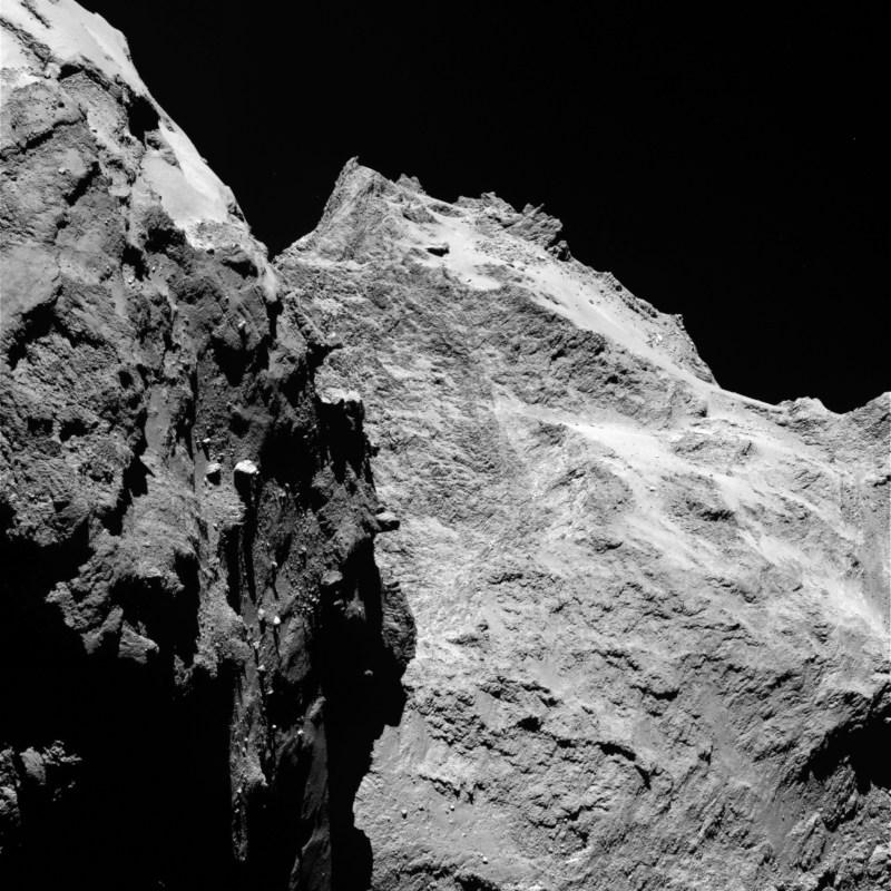 Falaises abruptes et des rochers importants sont visibles sur cette image prise par la caméra OSIRIS le 5 Septembre 2014, lorsque Rosetta était à une distance de 62 kilomètres de la comète 67P / Churyumov-Gerasimenko. La partie gauche de l'image montre une vue de côté du «corps» de la comète, tandis que la droite est à l'arrière de sa «tête». Un pixel correspond à 1,1 mètres. (Crédit: ESA / Rosetta / MPS pour OSIRIS équipe MPS / UPD / LAM / IAA / SSO / INTA / UPM / DAPS / IDA)