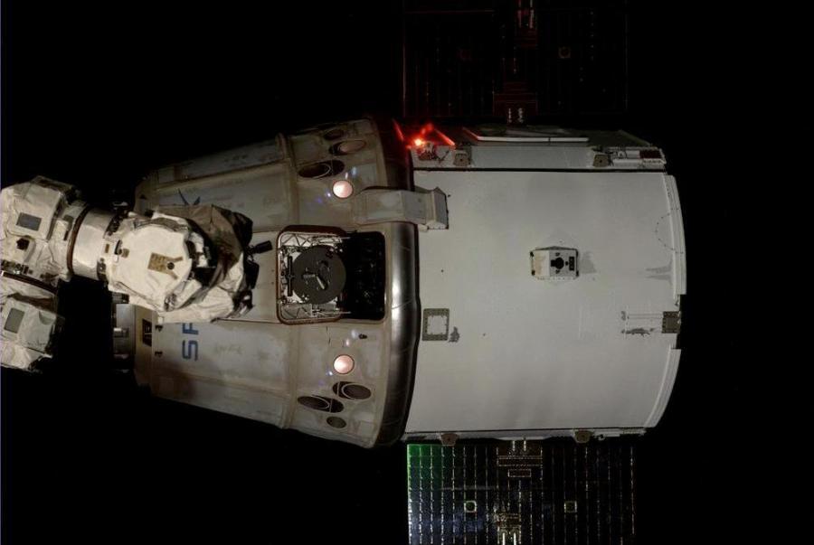Le cargo Dragon Spx4 juste après avoir été relaché par le bras robotique (Photo : Alexander Gerst / NASA / ESA)