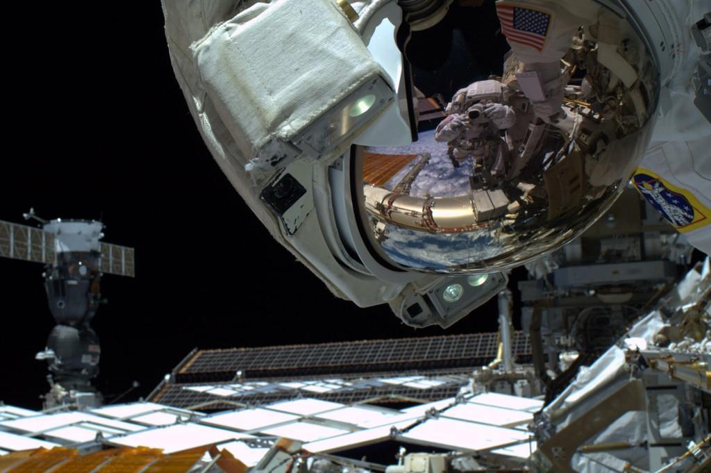 """Photo prise par Reid Wiseman de Butch Wilmore : """"La seule chose que vous ne pouvez pas voir dans ma visière est le sourire énorme sur mon visage. l'EVA28 était incroyable !"""" (Credits: ESA/NASA)"""